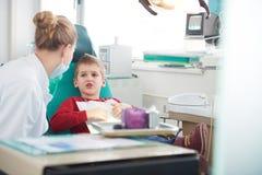 Giovane ragazzo in chirurgia dentale immagine stock libera da diritti