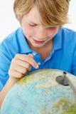 Giovane ragazzo con il globo fotografia stock
