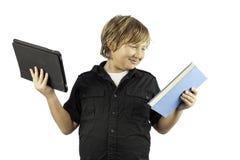 Giovane ragazzo con il pc della compressa e del libro Immagini Stock