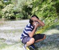 Giovane ragazzo con l'allergia del polline Fotografia Stock Libera da Diritti