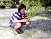 Giovane ragazzo con l'allergia del polline con il fazzoletto bianco Fotografia Stock Libera da Diritti