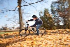 Giovane ragazzo con la bici di montagna durante il giro Immagine Stock