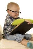 Giovane ragazzo con la lettura di vetro Immagini Stock