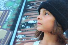 Giovane ragazzo con una protezione del cranio fotografie stock libere da diritti