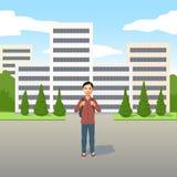 Giovane ragazzo del latino con la borsa di scuola o zaino che sta all'aperto nella strada illustrazione di stock