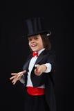 Giovane ragazzo del mago che per mezzo della sua bacchetta magica Fotografia Stock