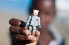 Giovane ragazzo del Mozambico con il giocattolo Fotografia Stock