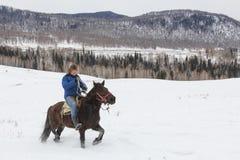 Giovane ragazzo del Tuva che fa concorrenza in una concorrenza dell'ippica nelle montagne di Altai in Cina Immagine Stock Libera da Diritti