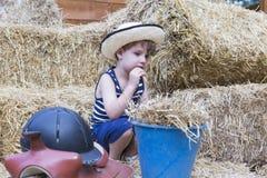 Giovane ragazzo dell'azienda agricola al granaio Immagini Stock
