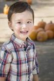 Giovane ragazzo della corsa mista divertendosi alla toppa della zucca Fotografia Stock Libera da Diritti