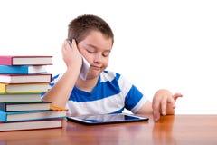 Giovane ragazzo della Tween che chiacchiera su un telefono cellulare Fotografia Stock