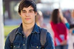 Giovane ragazzo dello studente che esamina la macchina fotografica Fotografia Stock