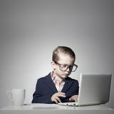 Giovane ragazzo di affari con il computer immagini stock
