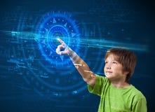 Giovane ragazzo di tecnologia che preme raggiro a alta tecnologia dello schermo del pannello di controllo Fotografie Stock Libere da Diritti