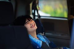 Giovane ragazzo disabile in sedia a rotelle che viaggia in veicolo di handicap immagine stock libera da diritti