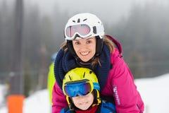 Giovane ragazzo dolce e sua la madre, imparanti sciare su uno sci delicato SL Immagini Stock