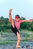 Giovane ragazzo duttile che fa gli esercizi Immagine Stock Libera da Diritti