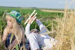 Giovane ragazzo e ragazza che giocano in un giacimento di grano Fotografie Stock