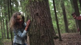 Giovane ragazzo e ragazza che godono nella foresta