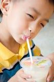 Giovane ragazzo e una bevanda Immagine Stock