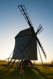 Giovane ragazzo e vecchio mulino a vento Fotografia Stock