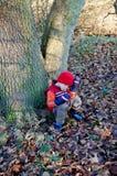 Giovane ragazzo faticoso su una camminata della foresta Immagini Stock Libere da Diritti