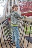 Giovane ragazzo felice al campo da giuoco Fotografie Stock Libere da Diritti