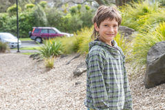 Giovane ragazzo felice al campo da giuoco Immagine Stock