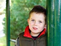 Giovane ragazzo felice che sorride in una scena all'aperto Fotografia Stock