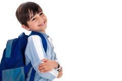 Giovane ragazzo felice pronto per il banco con il suo sacchetto Immagini Stock Libere da Diritti