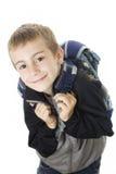 Giovane ragazzo felice pronto per il banco con il suo sacchetto Immagini Stock