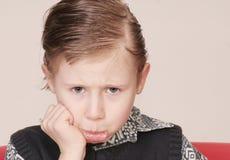Giovane ragazzo imbronciato fotografie stock libere da diritti