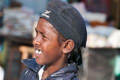Giovane ragazzo indiano sulla via a Amritsar L'India Immagine Stock