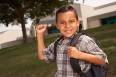 Giovane ragazzo ispanico felice pronto per il banco Immagini Stock