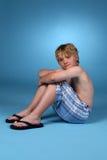Giovane ragazzo negli shorts blu del plaid Immagine Stock Libera da Diritti