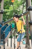 Giovane ragazzo nel parco rampicante fotografia stock