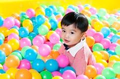 Giovane ragazzo nel pozzo della palla immagini stock