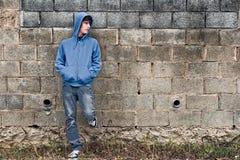 Giovane ragazzo nella priorità bassa urbana Immagine Stock Libera da Diritti
