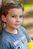 Giovane ragazzo nella sosta con gioco del calcio Fotografia Stock