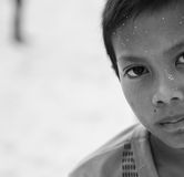 Giovane ragazzo povero che esamina macchina fotografica fotografie stock