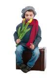 Giovane ragazzo sorpreso che si siede su un trank Fotografia Stock