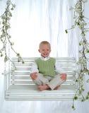 Giovane ragazzo su oscillazione Fotografie Stock Libere da Diritti