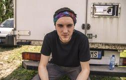 Giovane ragazzo suburbano che si siede su un camion immagini stock