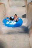 Giovane ragazzo sul giro del tubo Fotografia Stock Libera da Diritti