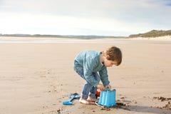Giovane ragazzo sulla spiaggia Immagini Stock