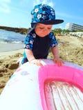 Giovane ragazzo sulla spiaggia con gonfiabile Immagini Stock