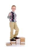 Giovane ragazzo sulle scale del libro Immagine Stock Libera da Diritti