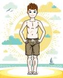 Giovane ragazzo teenager felice sveglio che posa spiaggia alla moda d'uso breve Fotografie Stock
