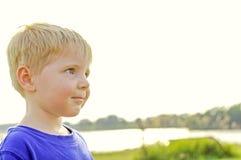 Giovane ragazzo un giorno soleggiato Immagini Stock Libere da Diritti