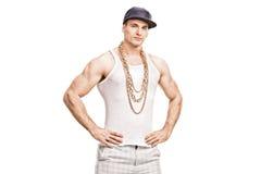 Giovane rapper con un cappuccio blu e una catena dorata Immagine Stock